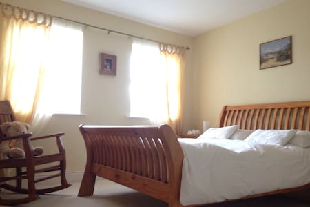 Beautiful & Spacious Master Bedroom - Kilworth - House