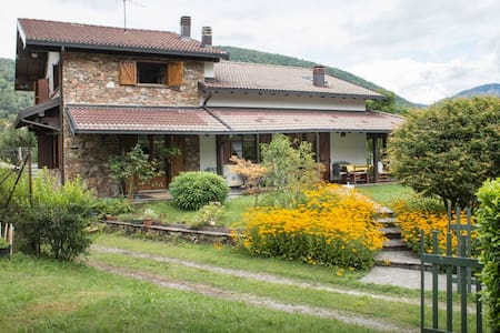 Stanza D in Villa tra i due Laghi - Laino - Villa