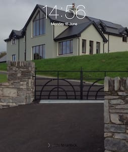 This listing is for a good size double room with ensuite including walk in shower. The house has wonderful views. We are 6 miles north of Macroom. We are 40 mins from Cork , about half an hour from Killarney and 40 mins from Bantry