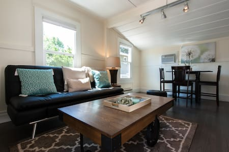 Charming + Private Downtown Cottage - House