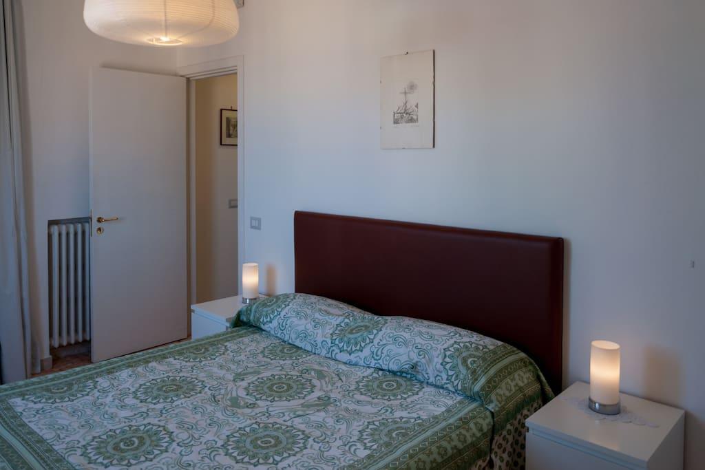 Camera da letto con confortevole letto matrimoniale