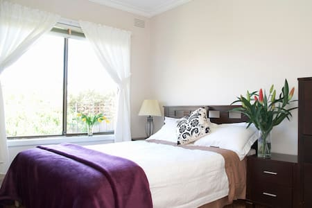 CLOSE TO CITY & MELBOURNE AIRPORT