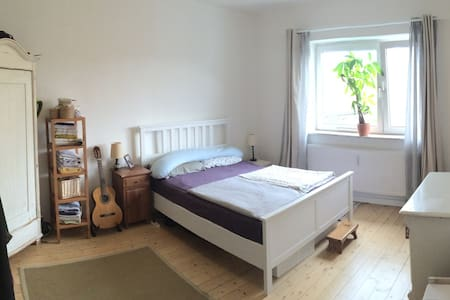 We are happy to offer you a home away from home in our beautiful apartment in a central and quiet area of Hamburg including a balcony and a nice view.   We are looking forward to hearing from you Franziska and Tobias