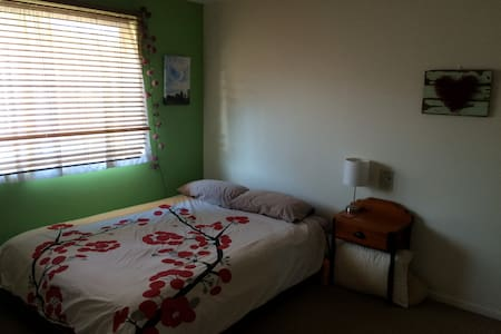 Colourful comfy home right in town - Lismore - Apartament