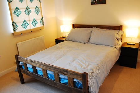 A double bedroom in a modern house in a quiet residential neighbourhood. Walking distance to Papworth hospital, 20 minute drive to Cambridge city centre. Attached bathroom.  High speed internet access.