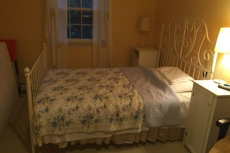 Cozy bedroom for papal visit! - House