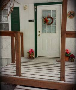 Romantic Cottage with Jetted Tub - Granbury - Bed & Breakfast