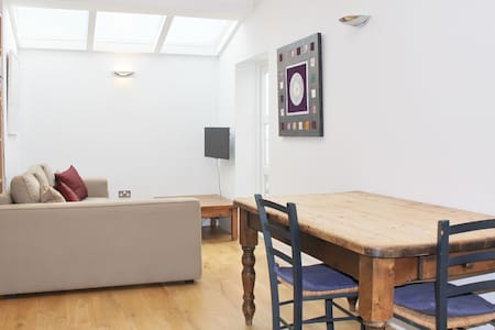 Fab central flat, zone 1 with wifi