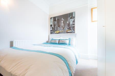 Ealing - Double Bedroom - London