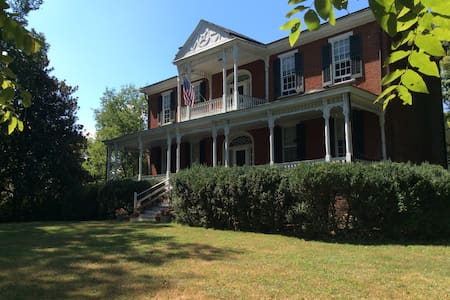 Edgmont, minutes from Monticello, is a historic house built in 1827 by a student of Thomas Jefferson's in a peaceful rural setting. 'Gilmer' is a 400sq ft, well-lit room with queen sized bed. Separate private bath.