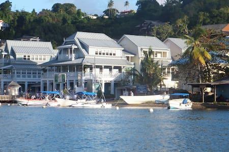 Superb Split Level Waterside Apt, Marigot Bay - Apartemen