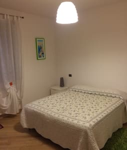Spaziosa camera con bagno privato.. - House