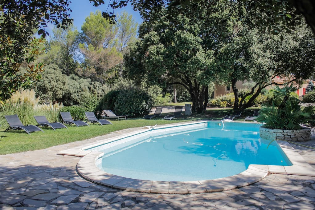 Villa jacuzzi piscine sauna villas louer saint cannat for Astral piscine st cannat