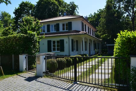 Make yourself at home in a beautifully constructed single-family home with a spacious garden. The train station is only a 5 to 10 minutes walk away. The train directly brings you into the heart of Munich. Enjoy your stay close to the Oktoberfest!
