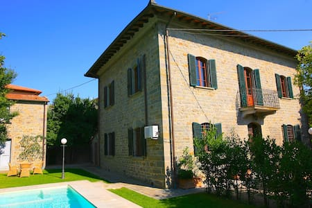 Lovely villa with private swimming pool ideally located in the town of Camucia, below Cortona. The villa can sleep up to 9 guests in air-conditioned interiors and is perfectly located close to shops, restaurants and train station: car not essential!