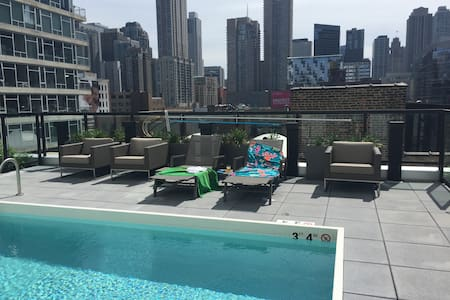 1 BR River North! Shop! Pool! View!