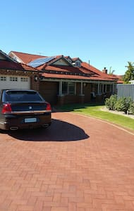 Big Family home with pool - Ballajura - Aamiaismajoitus