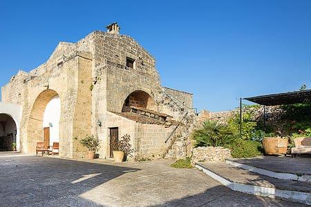 Masseria fortificata del 700 - Bed & Breakfast