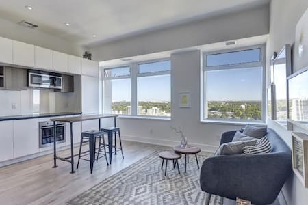 Overlooking the elegant Upper Canada College grounds this unit offers magnificent views of Forest Hill and beyond. Steps to the St. Clair subway and all the Yonge & St.Clair amenities. Close to the core, but far enough away for proper relaxation.