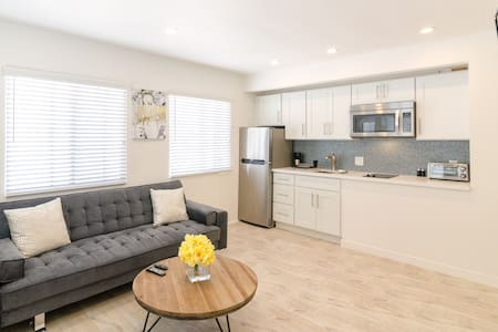 Steps away from all the action of the beach & boardwalk, Abbott Kinney, Main Street & more. Comfortably sleeps 3 people with queen sized bed & a sleeper sofa. Small kitchenette. INCLUDES FREE PARKING!