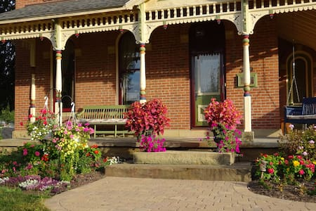 Brick House on Main - A GREAT B&B - Bed & Breakfast