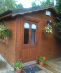 Small clean log cabin in the garden - Chalet