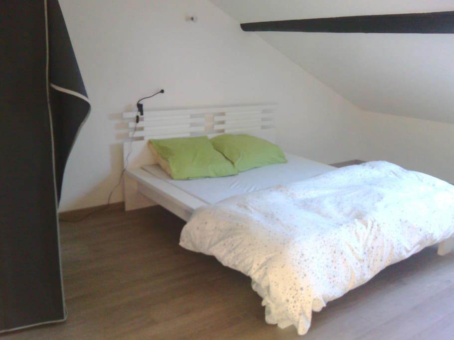 Grande chambre de 18m2 poutres app appartements louer for Chambre 18m2