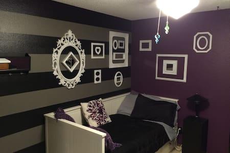 T bed, private bath & light b-fast - Haus