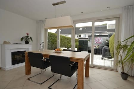 De Ruimte  30 minutes by public transport to Amsterdam, direct bus or train 4 times a hour. Contemporary in this three story home  - Bathroom  - Open space kitchen, living, and dining areas  - Washer  - Backyard