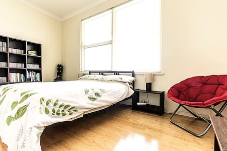 Cosy, modern apartment near CBD