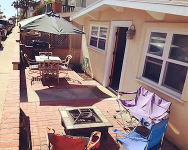 One bedroom with Queen size bed. Beach house located steps from the sand in Newport Beach, CA. One full, clean bathroom in the house & comes with fresh towels. Full kitchen, WiFi, & cable TV. *Sorry, instant booking has been turned off, I want to be able to approve the guests =)