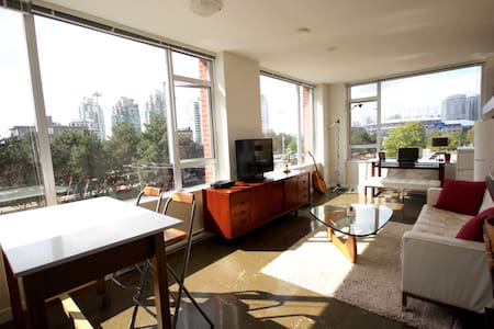 BRIGHT Downtown 1 bedroom w/Parking