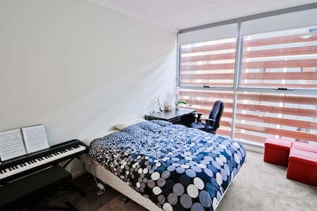 Master Bedroom w shower 3min to station & shopping - Apartament