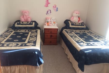 Twin bed - 2 guest & Work Opportunities Avail - House