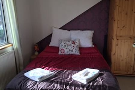 Room in family home near Heathrow, - Englefield Green - Huis