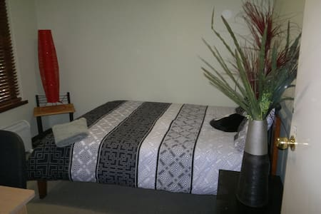 Cosy Bedroom 10 min to airport - Hazelmere - Rumah
