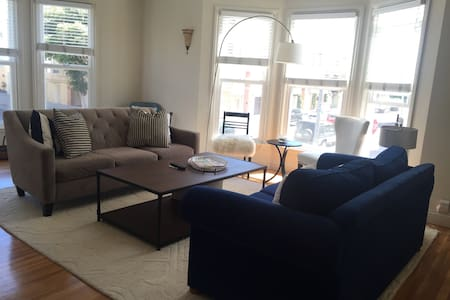 Huge 1 Bed - Heart of the Marina!