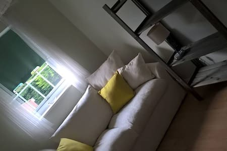 Private room 2 miles from airport