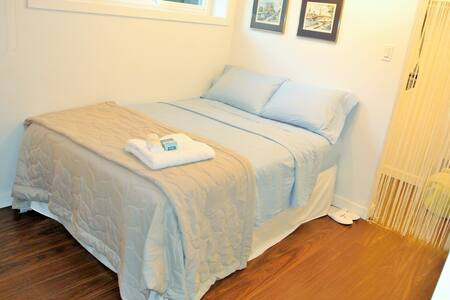 Your room features a comfortable bed with Wi-Fi, Bus Stop to Subway in your doorstep! 15 minute walk to the Mall, Grocery Store, Starbucks, Chapters, Library, Bayview Subway Station! And it's in a million $$ neighborhood! FLEXIBLE check in/check out.