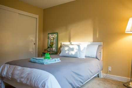 Hi there! We're listing our spare room with a full bed. Good view with greens. Right next to I-280. 3 miles 10 min driving to SFO, 1.8 miles 5 mins driving to Millbrae BART & Caltrain station. 25 mins driving to San Francisco downtown.