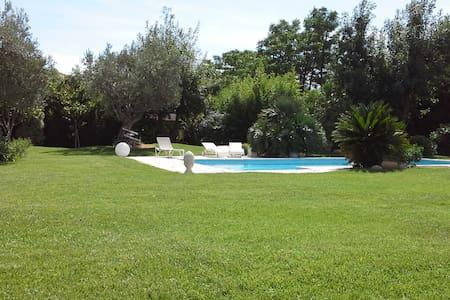 Chambres dans villa avec jardin. - Aamiaismajoitus