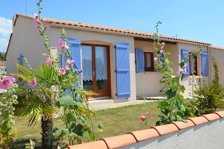 Maison vendéenne à 4 km de la mer - House
