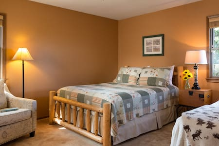 Northwest Room at Cedar Crest Lodge - Pleasanton - Bed & Breakfast