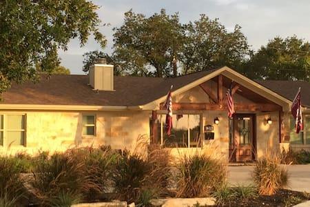 The Crockett Suite + Pool & Spa - College Station - Bed & Breakfast