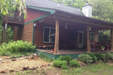 cozy custom built home in the woods - Levering