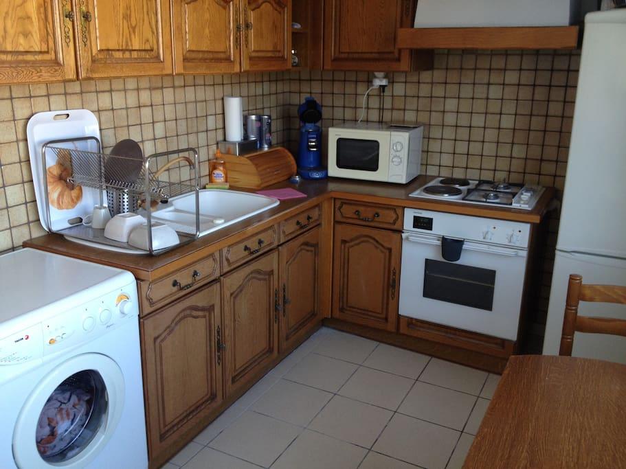 Cuisine entièrement équipée et très lumineuse (frigo, plaques de cuisson,four, micro-ondes, cafetière, senseo , machine à laver