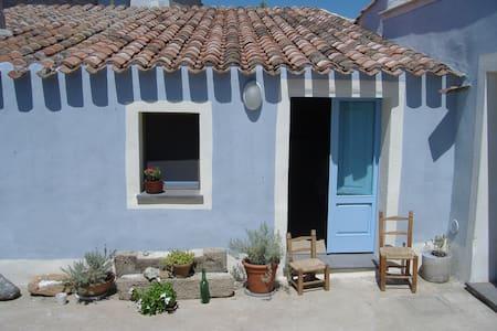 La casa dalle erbe fragranti. - Riola Sardo - Hus