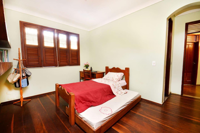 Dormitório amplo e arejado.