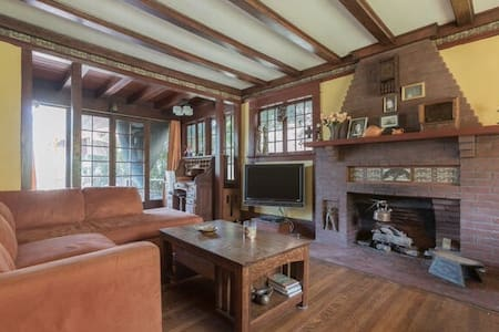 Spacious room in a Historic home build in 1903 w/view on the Lake & Hollywood Sign. Great for those who are looking for a longer stay and need to be in Downtown, Hollywood or at USC. Live in a vibrant part of LA, walk to the lake, Dodger Stadium, hike a trail in Elysian Park and dine at one of the many Sunset Blvd restaurants  Disney-hall & theaters are a short bus ride away or discover up & coming bands around the corner at the Echoplex.