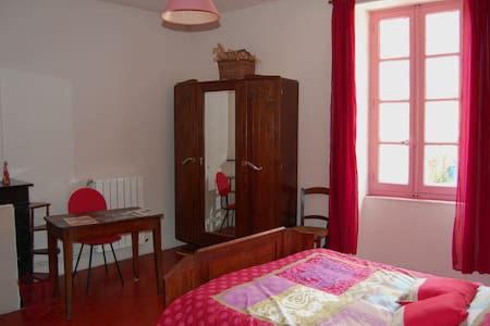 maison d hote sur la place - Bed & Breakfast